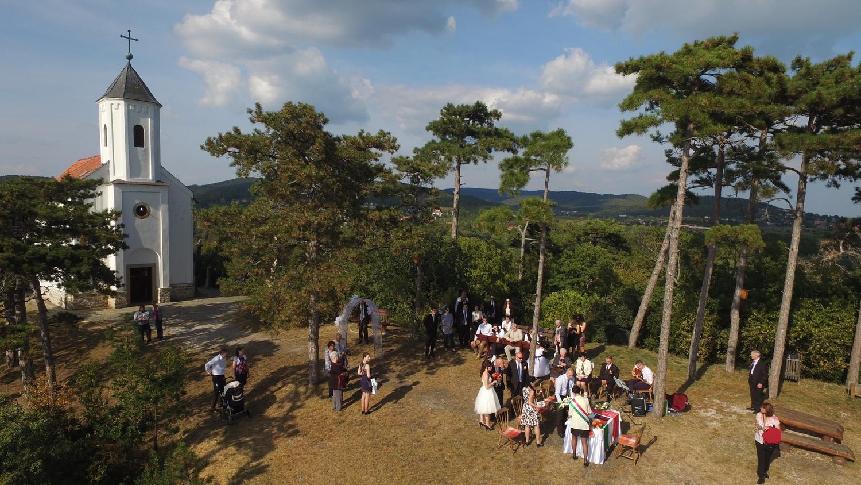 Esküvő a dombtetőn